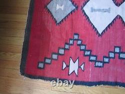 Ancien Navajo Rug Grand Tissage Précoce Avec Le Champ Rouge Souhaitable
